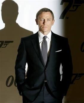 Wellcultured the men s fashion of quantum of solace for Mens black suit and shirt combinations